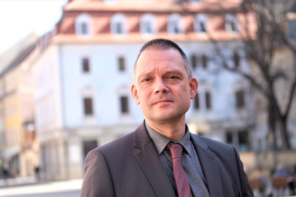 In der Meißner Altstadt: Landrat Ralf Hänsel. Den Angriff auf seine Privatsphäre verurteilte er. Zu Gesprächen über die Corona-Politik sei er aber immer bereit.