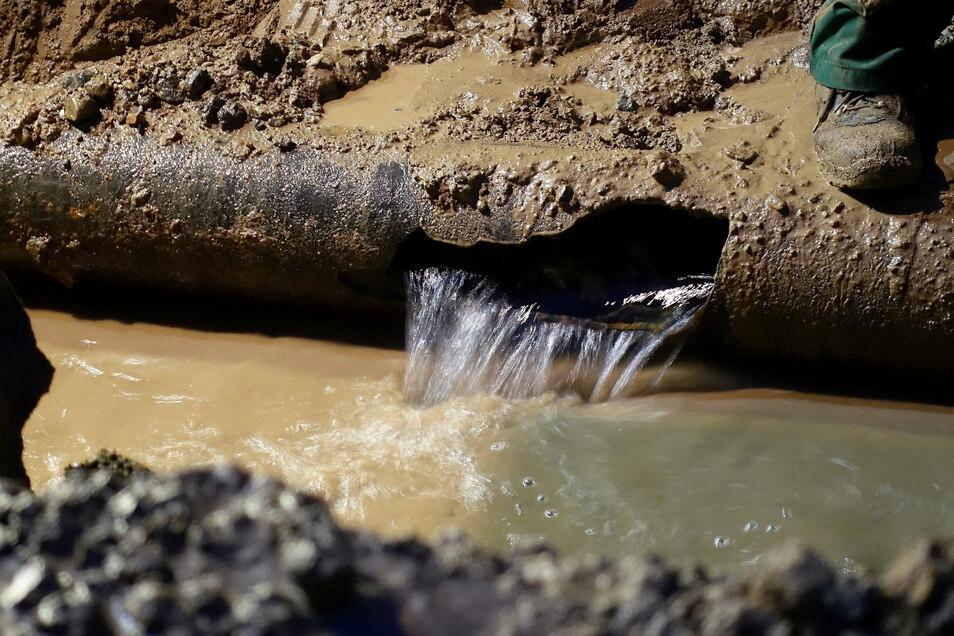 Wasserrohrbruch (Symbolfoto): Wegen einer kaputten Trinkwasserleitung rollt der Verkehr zum Sonnenstein derzeit etwas stockend.