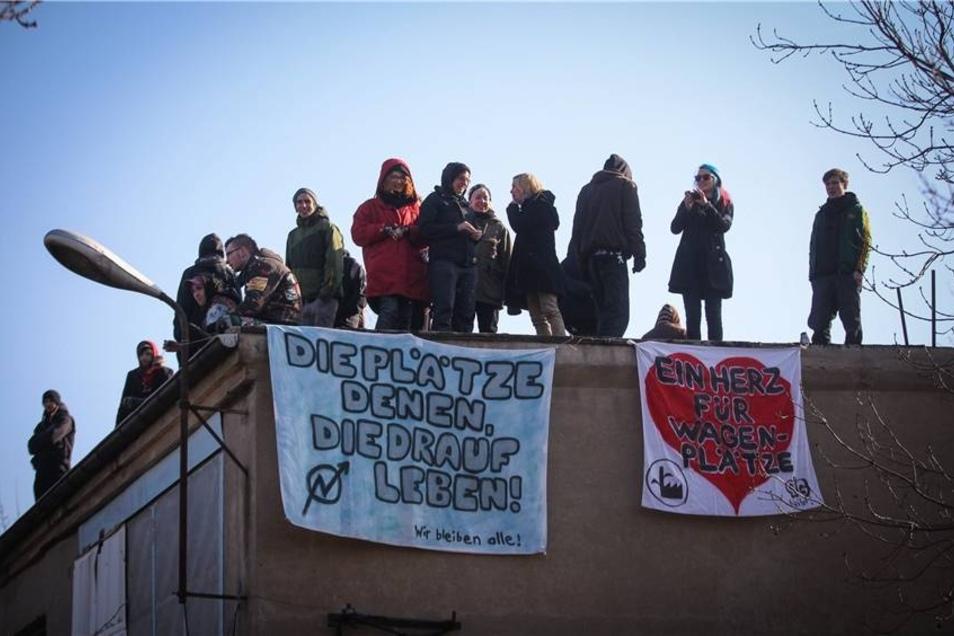 Viele Gegner der Räumung verschanzen sich auf Dächern.