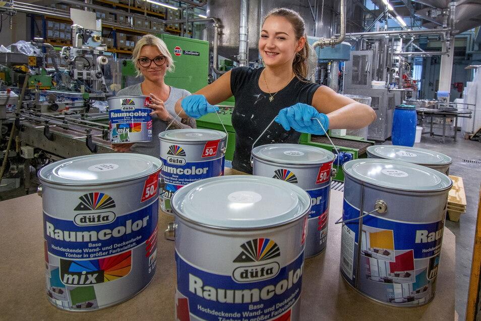 Josephine Bahrmann und Melanie Liebe (von links) arbeiten in der Produktion der Meffert AG in Ostrau. Dort werden täglich etwa 150 Tonnen Farbe produziert.