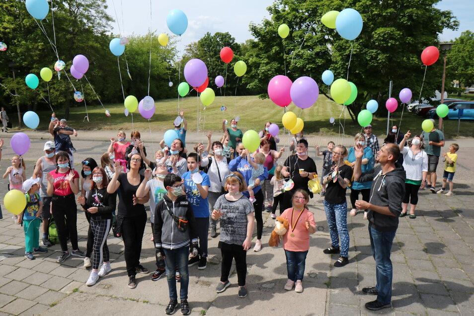 Der Kinderschutzbund hatte in Riesa zum Eisessen eingeladen - und anschließend Ballons aufsteigen lassen.