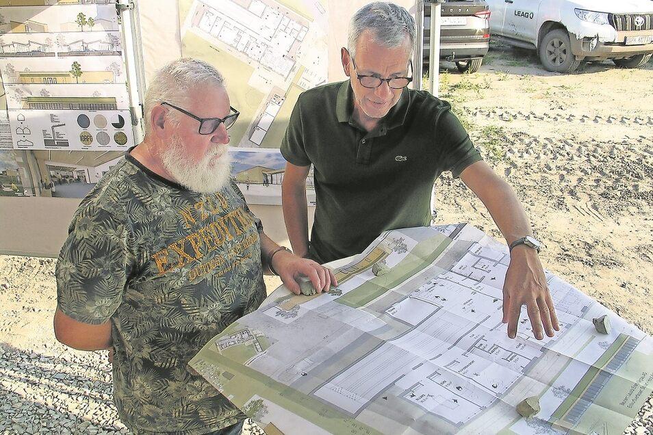 Ernst-Gerd Paufler (li.) vom Seniorenverein bespricht mit dem Architekten Falk Schubert Details der Einrichtung des neuen Dorfgemeinschaftshauses. Die Architektenpartnerschaft Schubert und Horst hat den Wettbewerb dazu gewonnen.