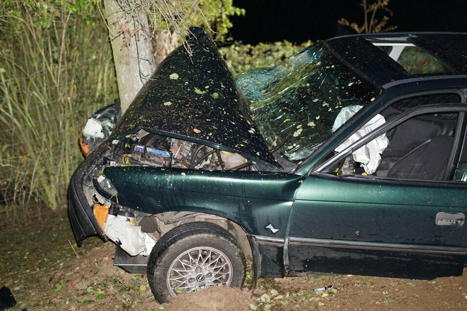 In Ringenhain stieß am Freitag der Fahrer eines Opel Astra gegen eine Baum, es gab drei Schwerverletzte.