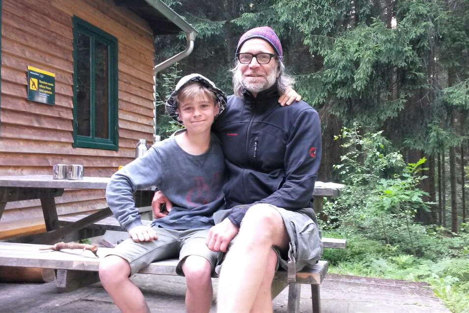 Auf Abenteuerurlaub: Michael Arnscheidt und sein Sohn Paul aus Hennef bei Bonn rasten an der Rotsteinhütte.
