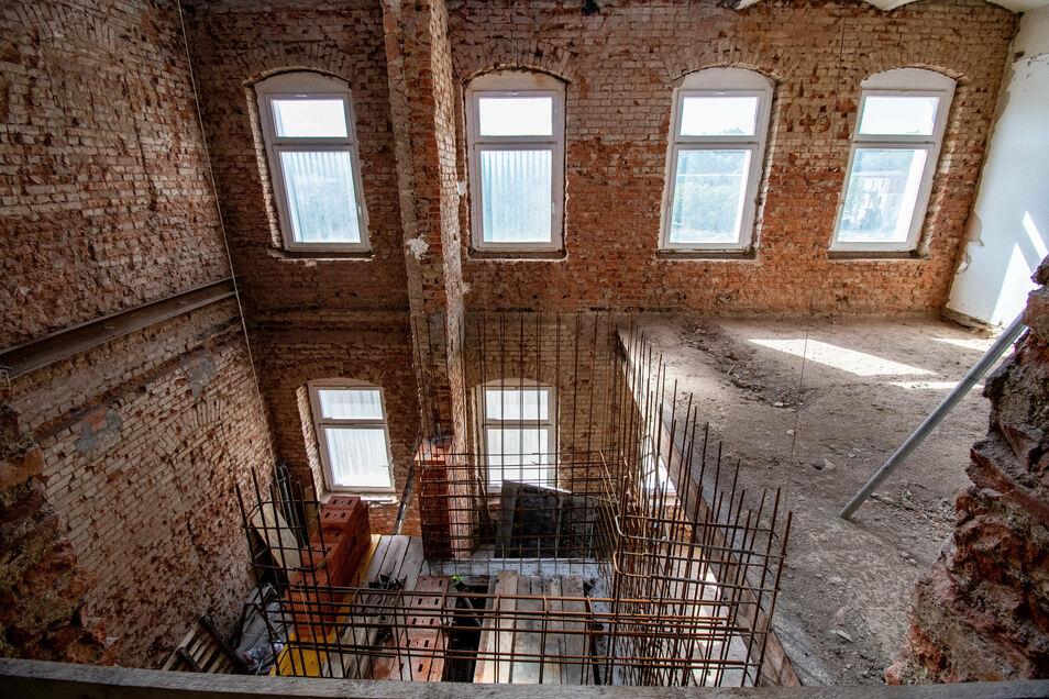 Hier entsteht einer der beiden Aufzugsschächte, die neu in das Haus eingebaut werden. Dafür wurde großzügig Baufreiheit geschaffen. Ansonsten bleibt viel erhalten.