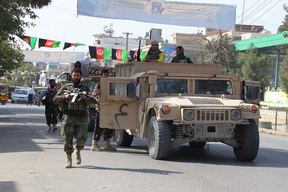 Soldaten kommen zu einem Gefecht mit Kämpfern der Taliban in Kundus.