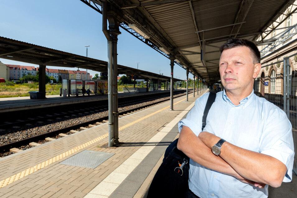 Berufspendler Jörg Krenz auf dem Bautzener Bahnhof. Er ist mit den Fahrpreisen und dem Service der Länderbahn unzufrieden.