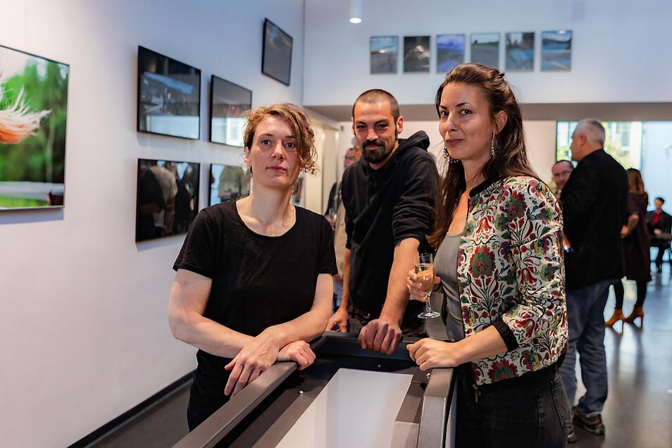Claudia Neubert, Lars Bösch und Lena Maria Loose (von links nach rechts) zeigen im Bürgerzentrum dokumentarische Foto-Reihen vom Abschluss ihrer Ausbildung.