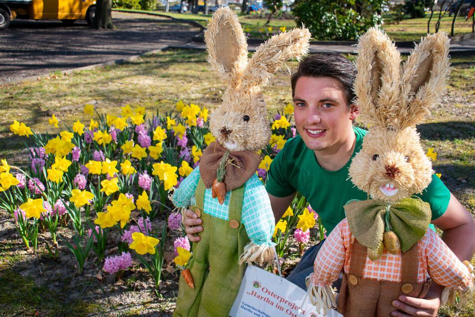 Mit Mitgliedern des Vereins Jugend aktiv Harthe schmückt Ronny Walter seit 2011 den Park an der Harthaer Südstraße. Unter anderem mit von Kindern selbst bemalten Eier, die auf Ketten aufgefädelt sind.