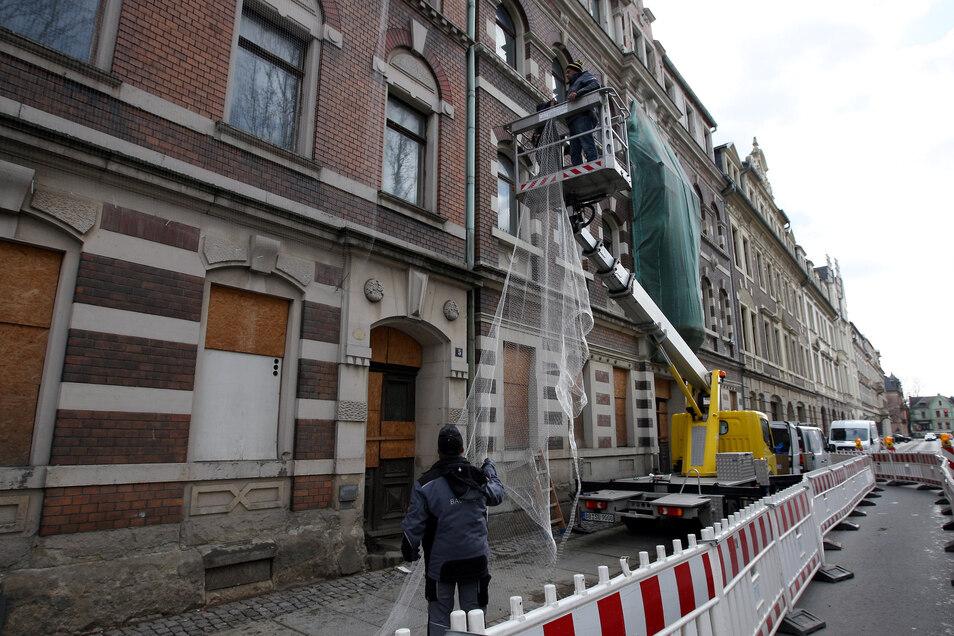 Die Häuser Maxim-Gorki-Straße 5 und 6 in Pirna: Neue Netze gegen die Tauben.