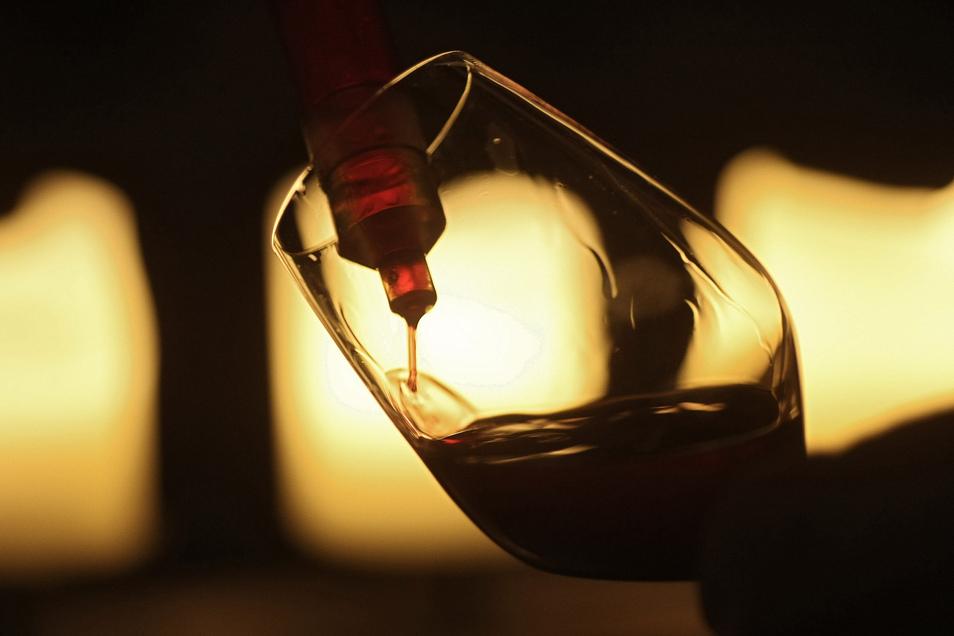 Mit einer Pipette wird eine Probe Spätburgunder in ein Weinglas gefüllt.