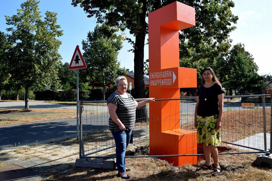 Ulrike Neumann, Ortsvorsteherin, und Heike Krupka (v. l.) von der Stadtplanung Hoyerswerda freuen sich über das entstehende Besucherleitsystem.
