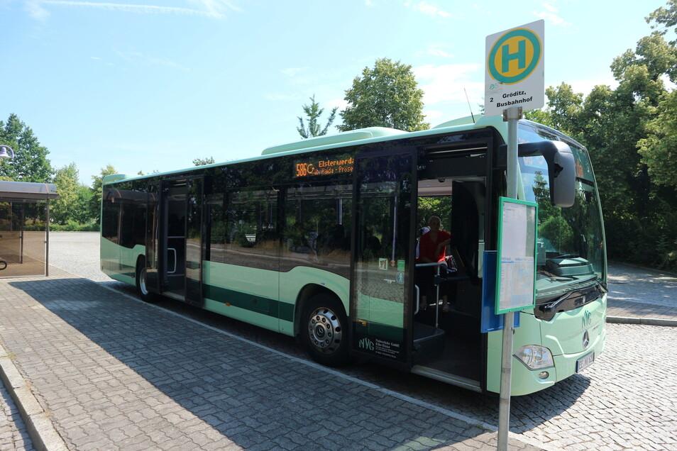 Der Bus 586 steht am Gröditzer Busbahnhof abfahrbereit Richtung Elsterwerda. Noch fährt er eher sporadisch, bald aber regelmäßig.