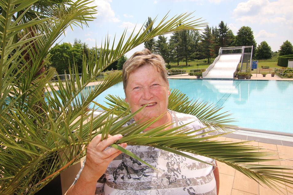 Jutta Danzig ist die erste Besucherin im Leisniger Freibad in dieser Saison. Auf den Startschuss am Montagmittag hat sie lange gewartet. Zur Feier des Tages will sie im 21 Grad warmen Wasser gleich über eine Distanz von 1.000 Metern ihre Bahnen ziehen..