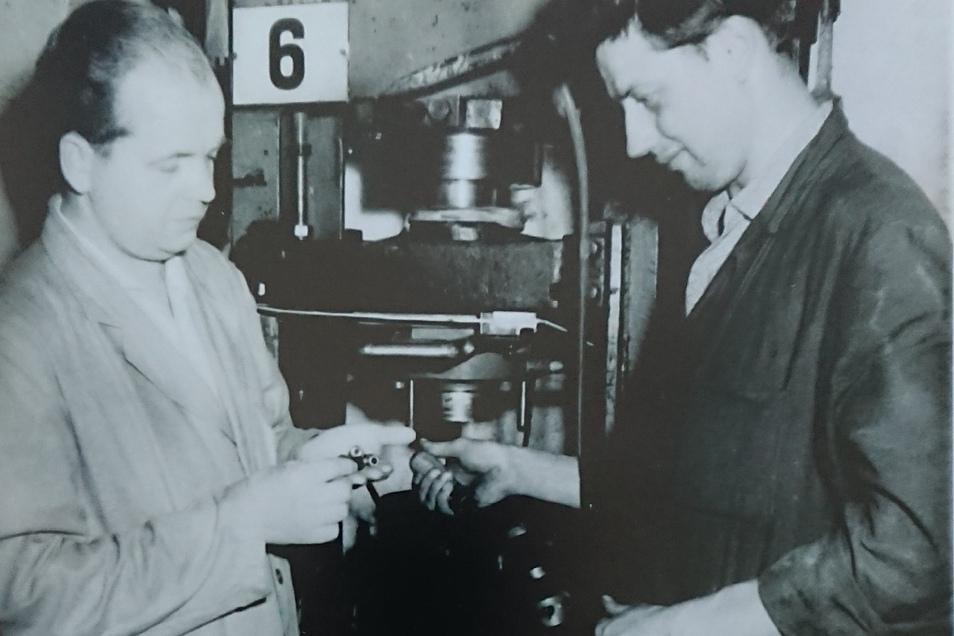 Firmengründe Willfried Mende (li) 1962 in seiner Firma in Obercunnersdorf.