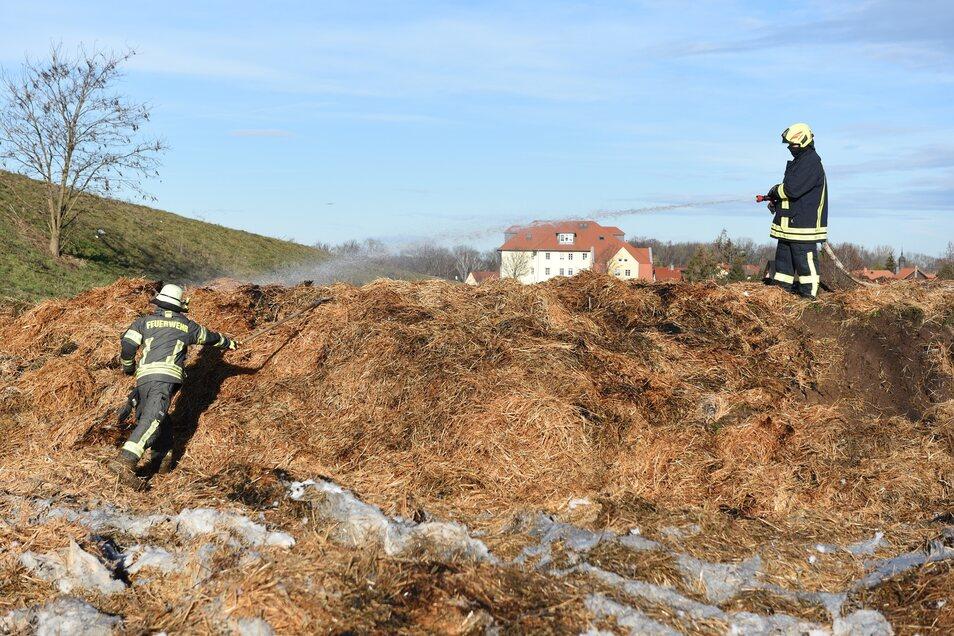 Mehr als zwei Stunden gingen Feuerwehrleute gegen immer wieder auffachende Brandstellen vor.