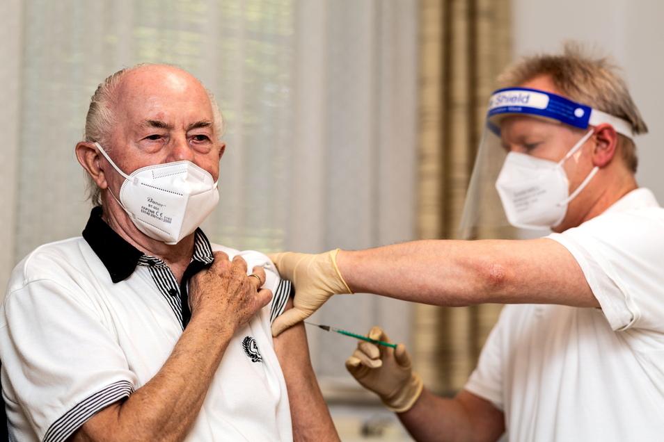 Ein Stich, der das Leben von Gerhard Lehmann aus Neschwitz ein Stückchen freier machen soll. Bei Dr. Scholze in Burkau wurde er am Mittwoch gegen Corona geimpft.