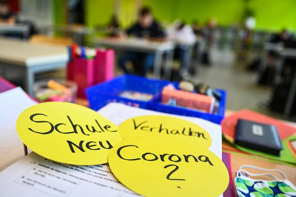 Im Unterircht werden Schüler und Lehrer in Sachsen keine Masken tragen müssen. Dafür gelten andere Corona-Regeln..