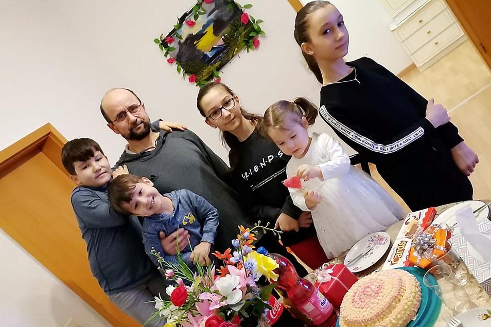 Ein Foto eines Familienfestes bei der georgischen Familie Pareulidze-Gardasvili in Meißen. Eltern und Kinder sind nach Georgien abgeschoben worden. Dagegen erhebt sich jetzt Protest.