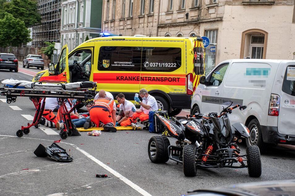 Der Rettungsdienst des Roten Kreuzes versorgte den verletzten Quadfahrer nach dem Zusammenstoß mit einem Transporter.