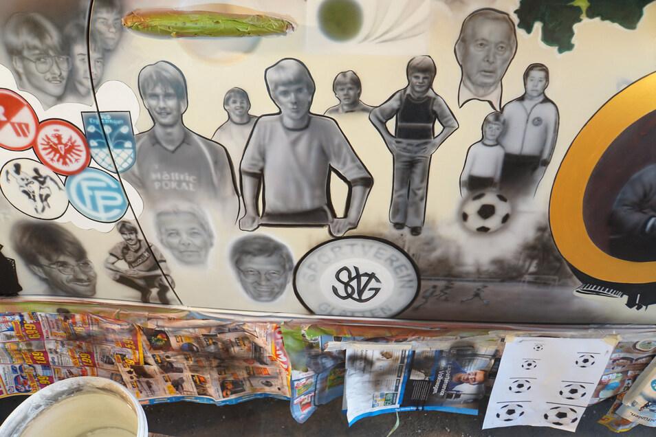 Einige Stationen des Jugendfußballers Jürgen Klopp wurden auch auf dem PKW bebildert - auch Vater Norbert Klopp ist zu sehen.