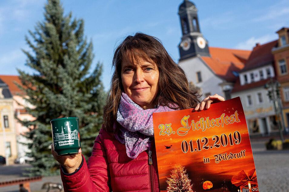 Am 1. Dezember findet das 25. Lichterfest in Wilsdruff statt, Ines Siegemund mit neuer Tasse und Plakat.