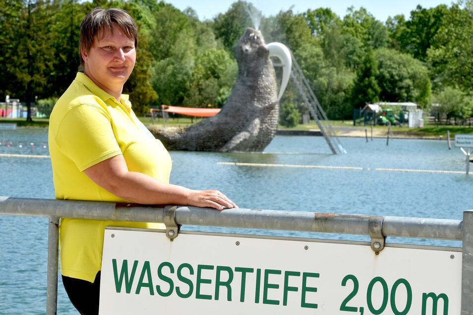 Schwimmmeisterin Annett Wünsche im Waldstrandbad Großschönau. Trixi möchte das Freibad gern am 1. Juni öffnen.