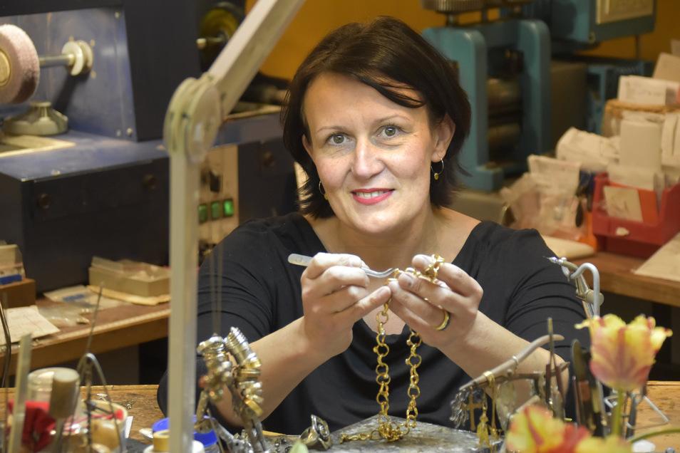 Die Goldschmiedin Barbara Oehlke in ihrem Laden auf der Hauptstraße in Dresden.