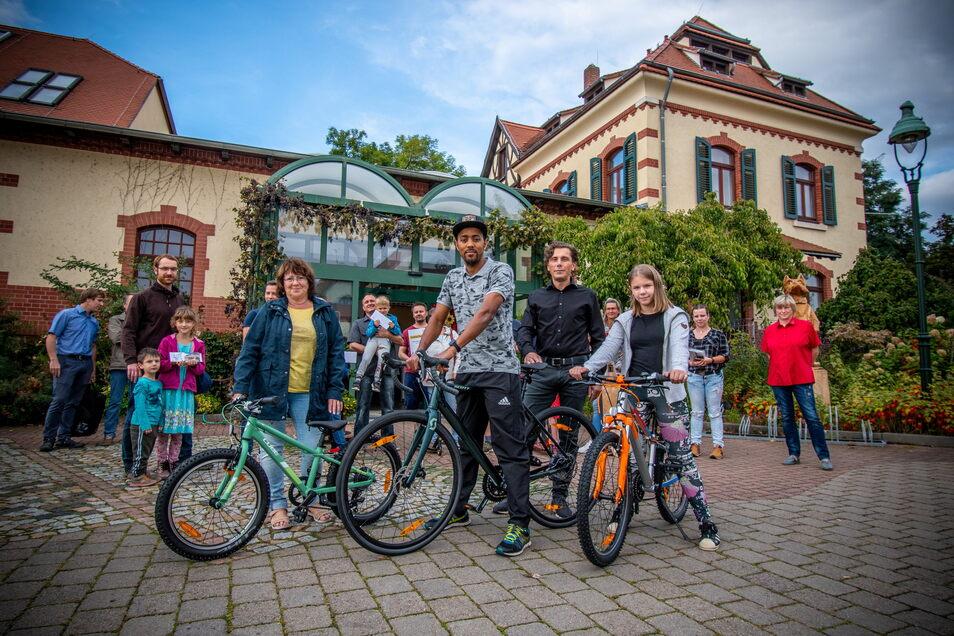 Stadtwerkechef Gunnar Fehnle mit den Gewinner vor der Zentrale der Stadtwerke. Zum 30-Jährigen der Firma gab es 30 Preise zu gewinnen. Vor allem Fahrräder und andere sportliche Fortbewegungsmittel.
