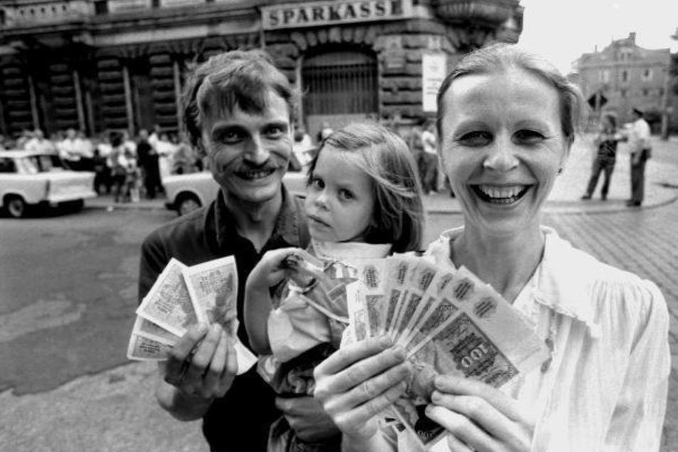 Eine Familie in Dresden mit der neuen Währung, die ab 1. Juli 1990 galt.