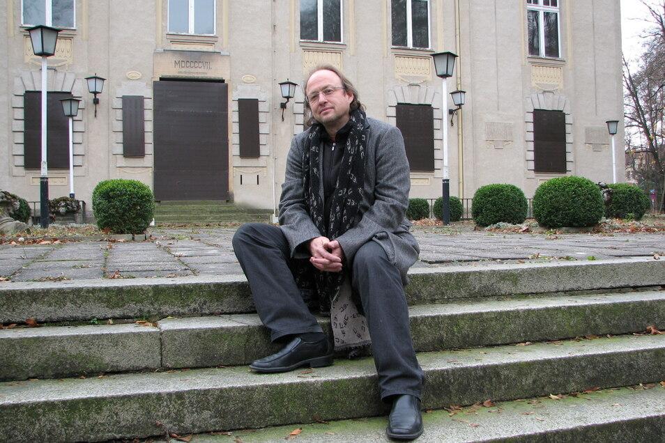 Herrmann Rueth auf den Stufen, die den Stadthallengarten mit der Stadthalle verbinden. Hier plante er einst ein Comeback mit seiner Trilogie Görlitzer Historienspiele.