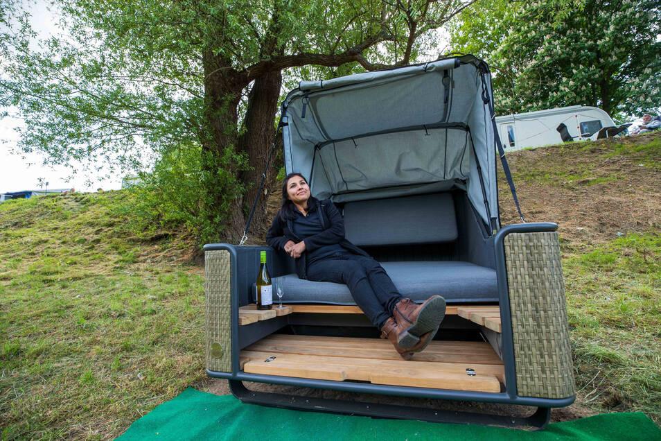 Fast wie am Strand: Diana Blanco testet den Schlafstrandkorb auf dem Campingplatz am Treidlerweg in Königstein.