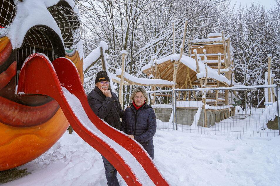Karl-Heinz und Heidi John investieren auch während der Corona-bedingten Schließung ihres Berggasthofes Butterberg. Der neue Holzspielplatz wird weitergebaut, wenn es das Wetter zulässt.