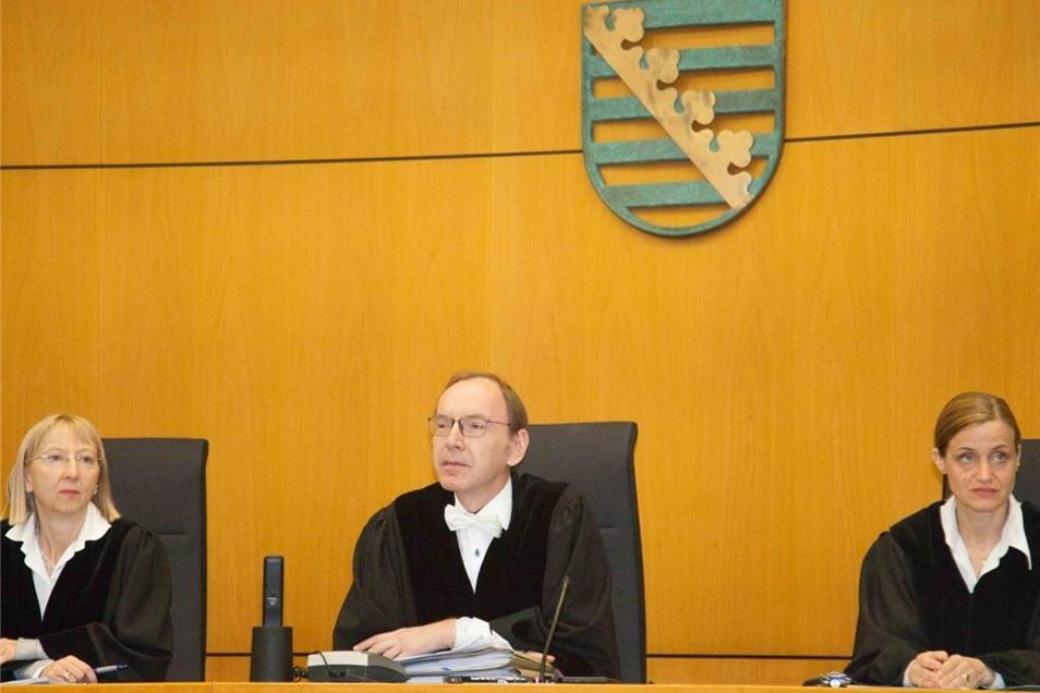 Richter Markus Schlüter flankiert von seinen Beisitzerinnen Judith Riechert und Andrea Podhranski.