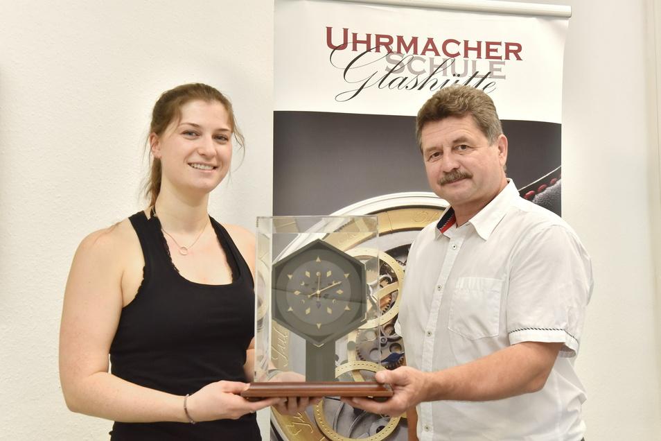 Jörg Tamme, der Vorsitzende des Meisterprüfungsausschusses in der Uhrmacherschule Glashütte, gratuliert Sina Peschke zu ihrer Meisteruhr.