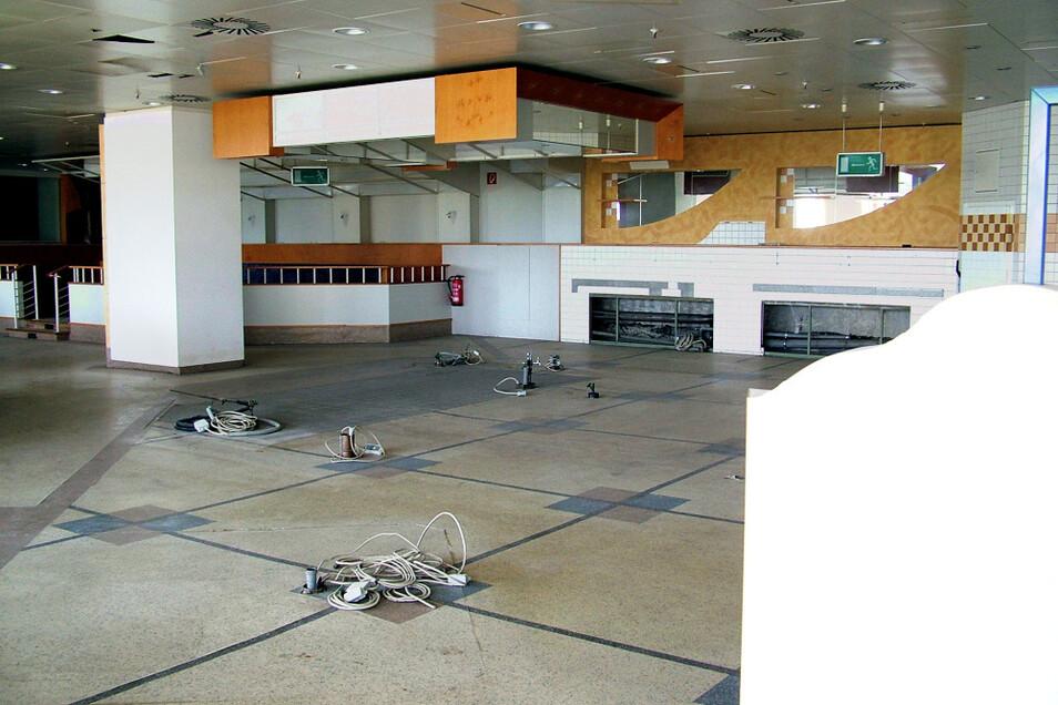 Das war der Buffet- und Küchenraum des vormaligen Cafés. Die Elektro-Leitungen sind zwar freigeschaltet, aber, scheint's, noch einsatzfähig.