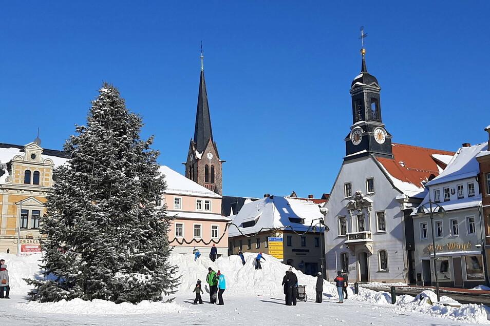 Auch am Sonntag war der Rodelberg auf dem Marktplatz gut besucht.
