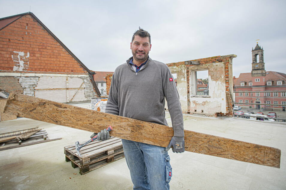 Norman Lindemann hat alles fest im Griff. Er legt selbst Hand an beim Umbau der ehemaligen Gaststätte Schwarzer Adler in Königsbrück. Das Gebäude gehört ihm seit reichlich zehn Jahren.