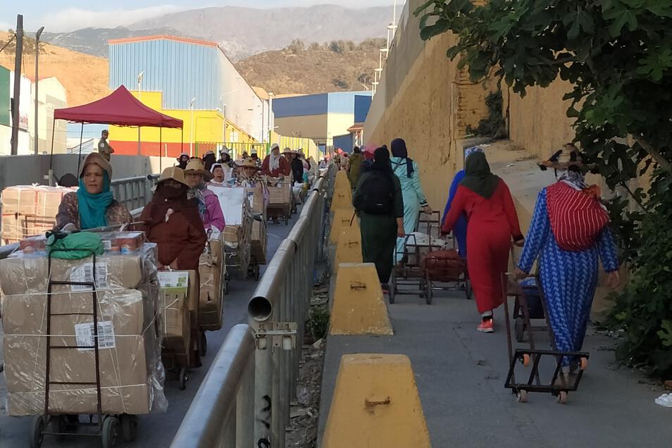 Rechts geht es nach Ceuta, der streng bewachten spanischen Exklave. Links der Rückweg nach Marokko, mitsamt der schweren Schmuggelfracht.