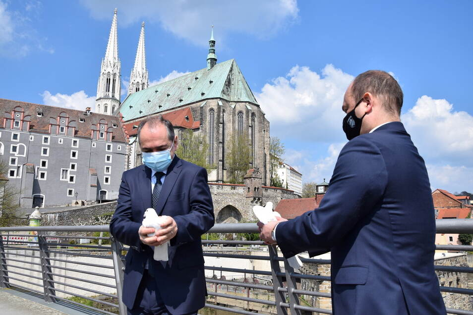 Trotz sinkender Inzidenz: Die Maskenpflicht wird noch eine Weile bleiben, hier vor einer Woche beim Gedenken an das Ende des Zweiten Weltkrieges auf der Görlitzer Altstadtbrücke.