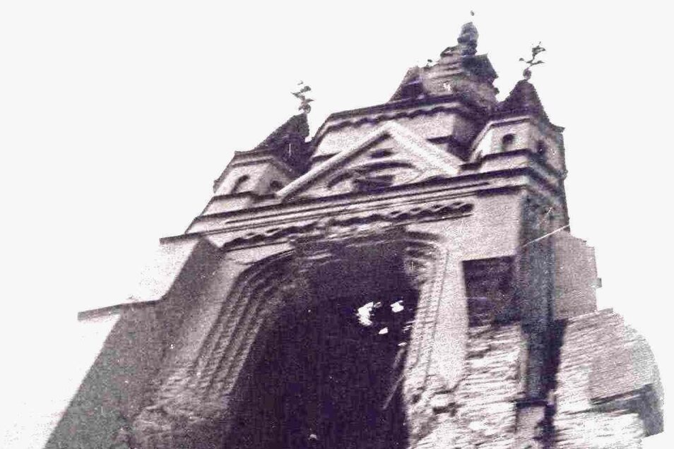 Von der schweren Artillerie aufgeschlitzter Turmschaft der Jakobus-Kirche