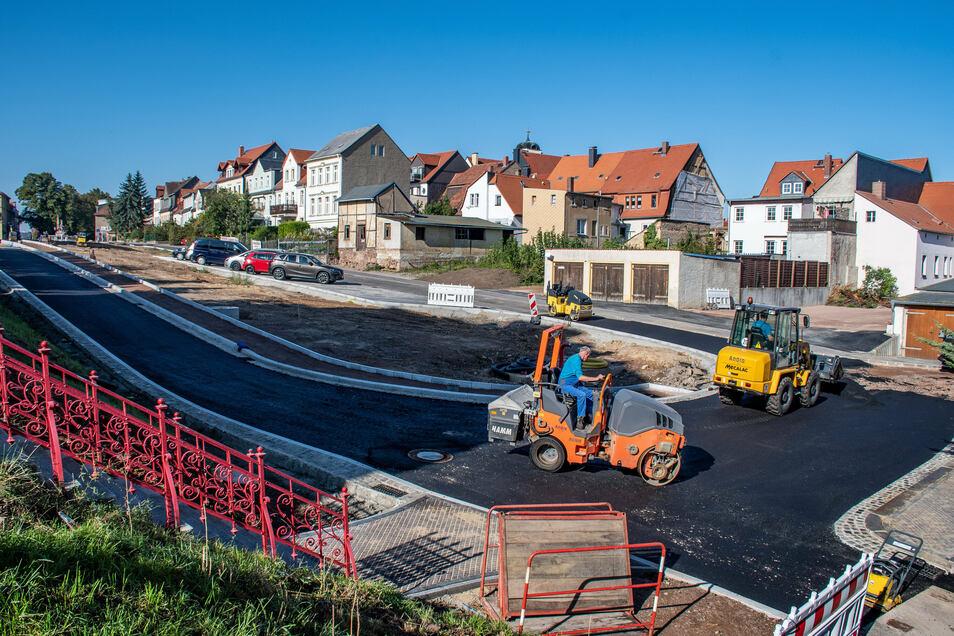 Auf dem Leisniger Lindenplatz ist in den vergangenen Tagen die Schwarzdecke aufgezogen worden. Spätestens ab 12. Oktober sollen dort Fahrzeuge über den Asphalt rollen können.