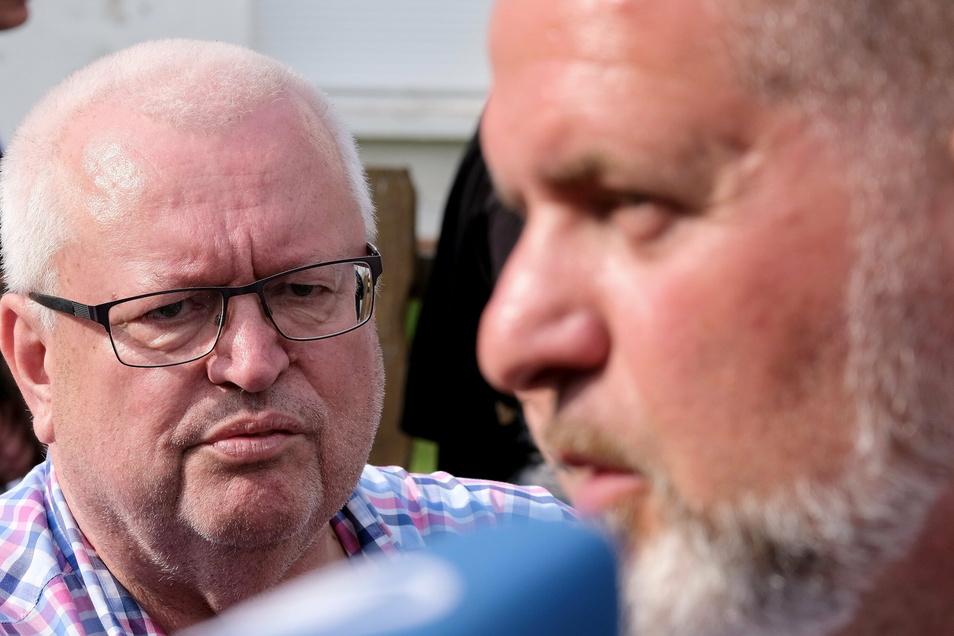 """Grundstücksbesitzer Hans-Peter Fischer (l.) und NPD-Funktionär Thorsten Heise, aufgenommen beim rechtsextremen """"Schild und Schwert-Festival"""" 2019 in Ostritz."""