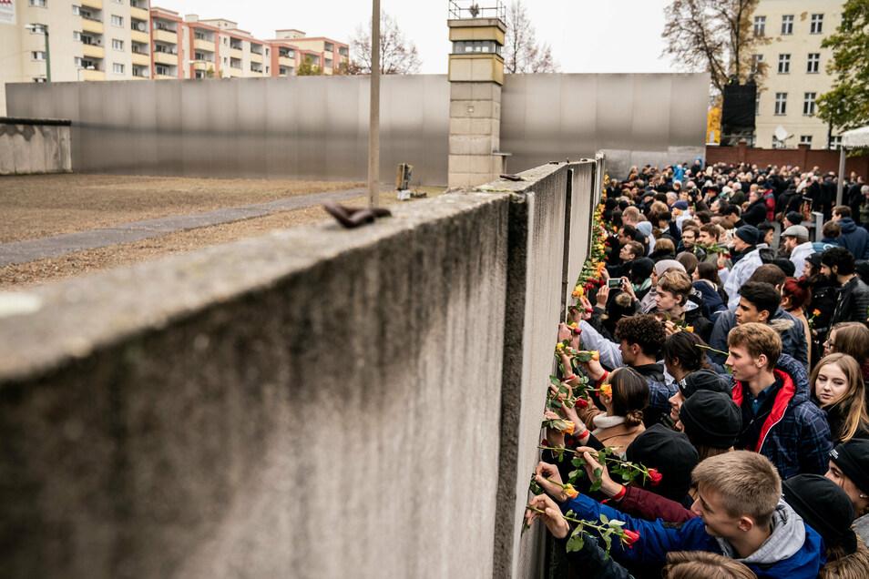 Vor einem Jahr gedachten viele Bürger in der Mauer-Gedenkstätte in Berlin dem Bau 1961.