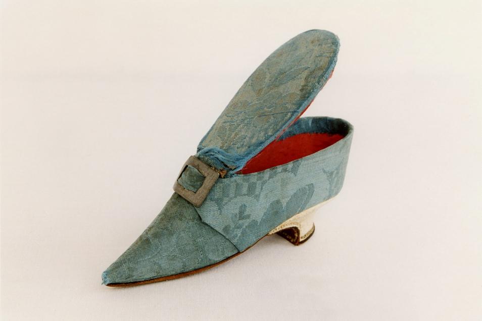 Dieser Schuh aus der zweiten Hälfte des 18. Jahrhunderts war nie an einem Fuß. Er ist eine Dose.