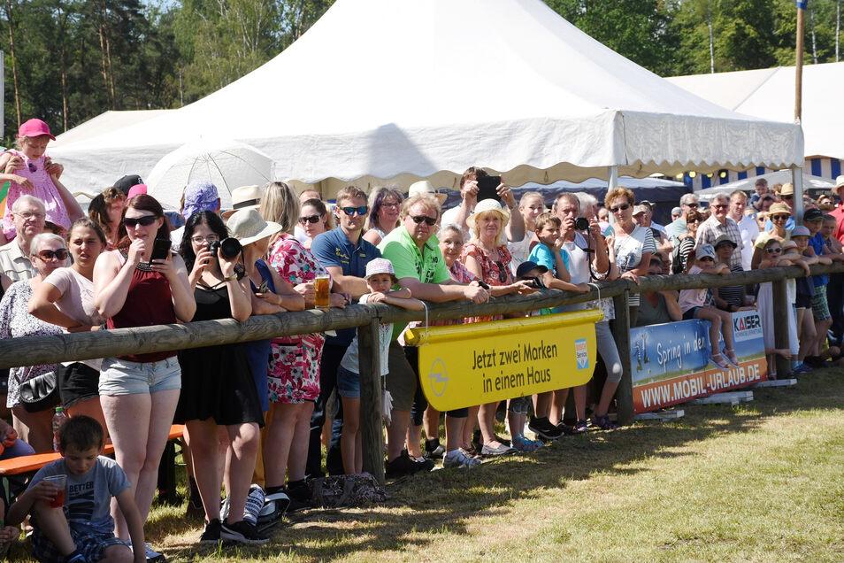 Tausende Zuschauer erfreuen sich Jahr für Kahr am großen Schaubild am Sonntag des Pfingstturniers. Dieses Jahr sollte es 50 Jahren Pferdesport in Horka gewidmet sein.