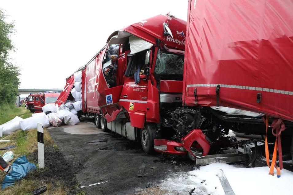 Bei dem Zusammenstoß am Stauende wurden zwei Fahrer schwer verletzt. Die Ladung verstreute sich auf der Autobahn.