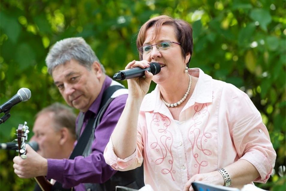 """Die Band die """"Grenzgänger"""" spielte bei einem Bürgerfest neben der Kirche."""