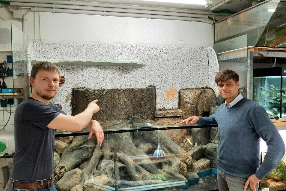 Osiris-Vereinschef René Zaspel (links) zeigt Rico Söhnel von der gleichnamigen Elektrofirma das Amazonasbecken. Der Unternehmer hatte dem Verein 2.000 Euro gespendet.