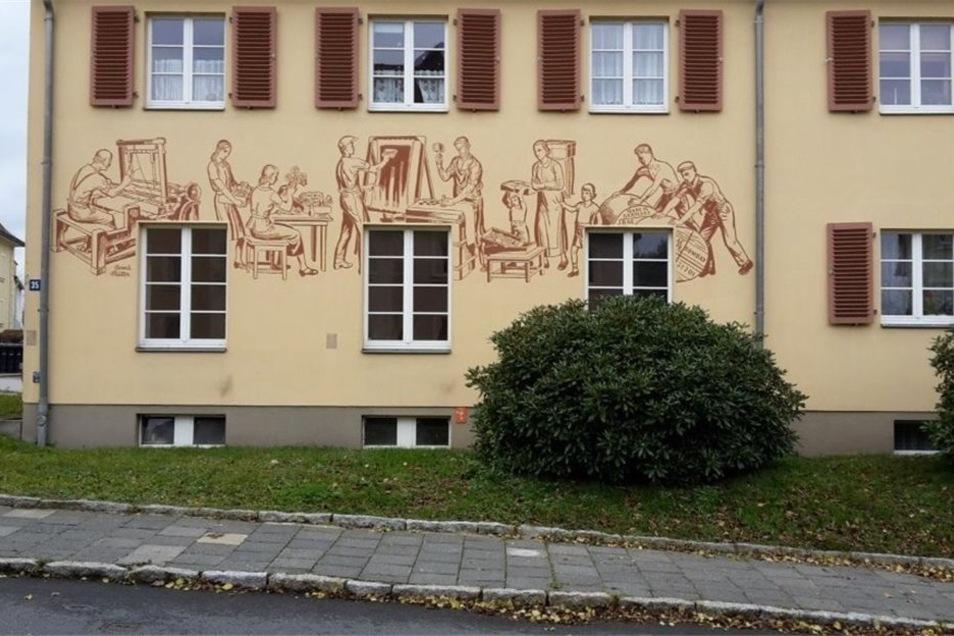 An der ehemaligen öffentlichen Badeanstalt zieren die Abbildungen von Berufen die Fassade.
